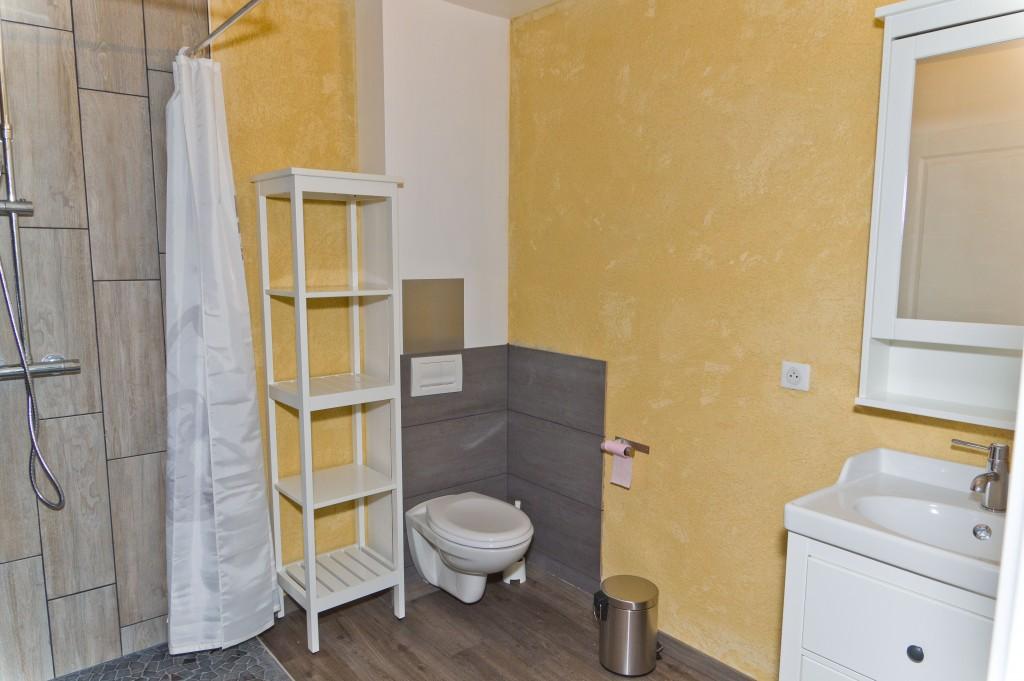 chambre n 2 avec 2 lits simples et salle d eau privative. Black Bedroom Furniture Sets. Home Design Ideas